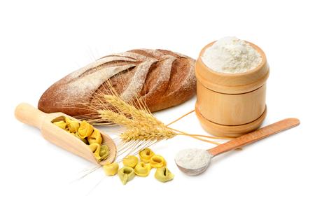 harina: pan y productos de harina aislado en el fondo blanco Foto de archivo