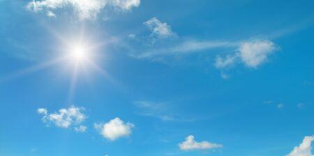 白い雲と青い空の太陽