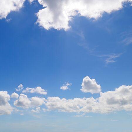 Leichte kumuluswolken im blauen himmel