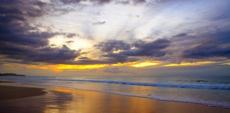 바다 위로 설정 한 환상적인 태양