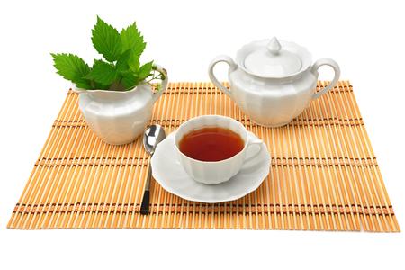 白い背景に隔離されたお茶のための白い磁器の道具。