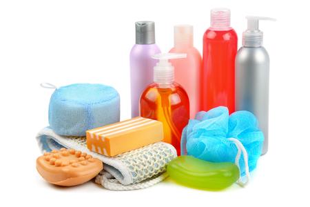Champú, jabón y esponja de baño aislado sobre fondo blanco. Surtido de artículos de higiene personal.