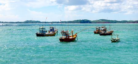 Hermoso paisaje marino con barcos de pesca en el agua. Sri Lanka. Amplia foto.
