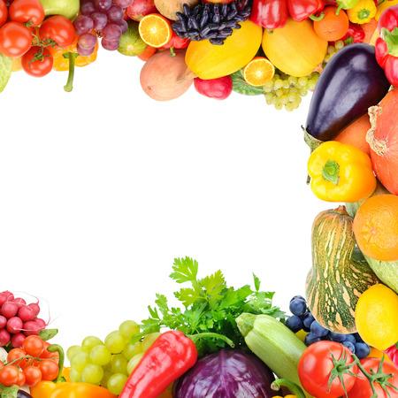 Rahmen des eingestellten Gemüses und der Früchte auf weißem Hintergrund. Platz kopieren. Ansicht von oben. Freier Platz für Text.