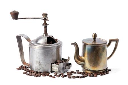 Vieille cafetière, moulin à café et grains isolés sur blanc Banque d'images
