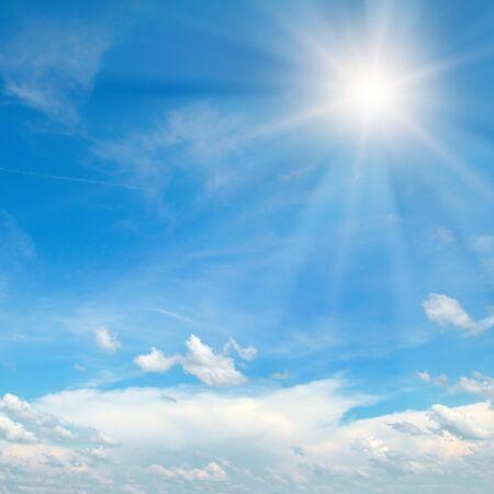 Couds en el cielo azul. El brillante sol del mediodía ilumina el espacio.