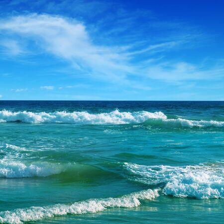 Prachtig zeegezicht en blauwe lucht. Zandstrand. Pittoresk en prachtig tafereel. Stockfoto