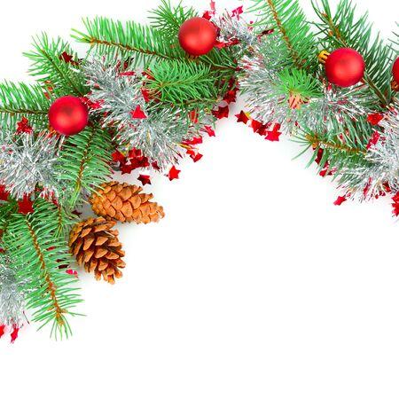 Palline di decorazione natalizia con rami di abete isolato su bianco