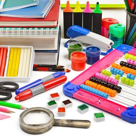 Zestaw materiałów szkolnych i biurowych na białym tle na białym tle.