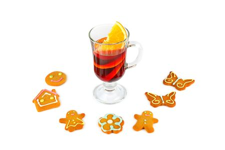 Mulled wine and Set of cute gingerbread cookies for christmas. Isolated on white background. Banque d'images - 135503286