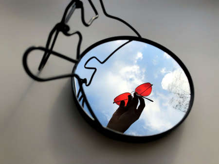 glasses are reflected in a round mirror. Stockfoto