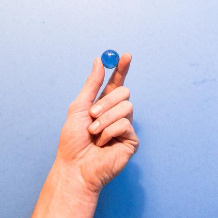 青い大理石を持つ手