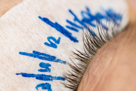 Specialist eyelashes in the beauty salon increases eyelashes client Stockfoto