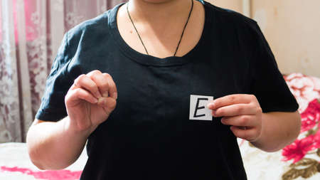 The English letter E in sign language.