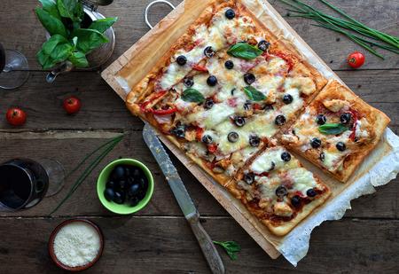 Pizza met bbq saus en kip