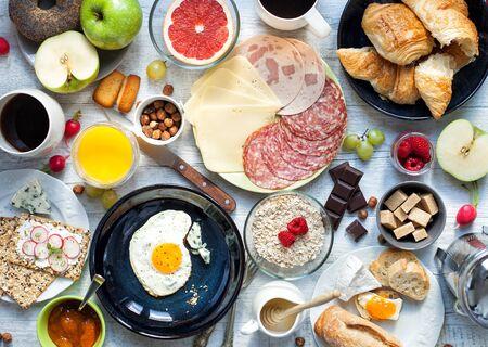 Big petit déjeuner pour la grande famille sur la table rustique blanc.