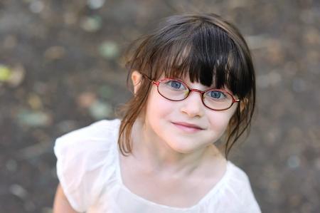 カメラに探してガラスの愛らしい幼児少女