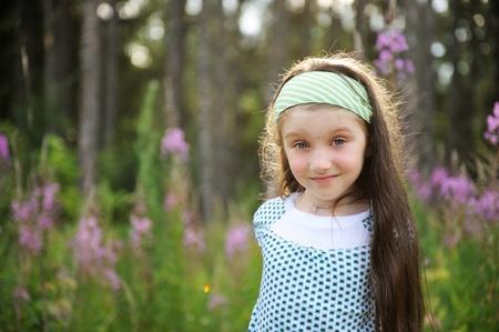 loose hair: Ritratto all'esterno di adorabili stupito con gli occhi azzurri ragazza bambino
