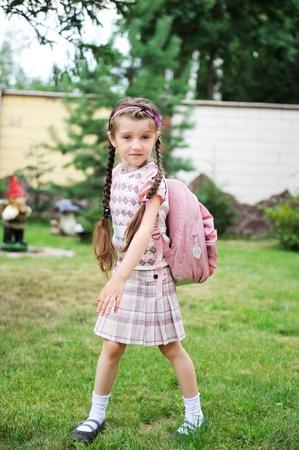 colegiala: Chica joven escuela con mochila Rosa plantea al aire libre