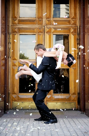 Pareja de recién casados ??que se duchaba en pétalos de rosa Foto de archivo