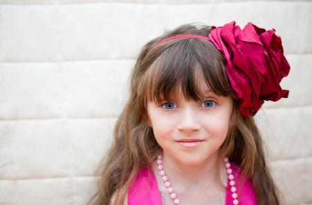 cintillos: Retrato de niña bonita llevaba diadema de flores