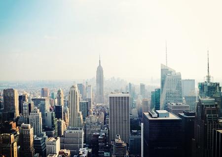 뉴욕시 맨해튼은 안개에 공중보기를 스카이 라인