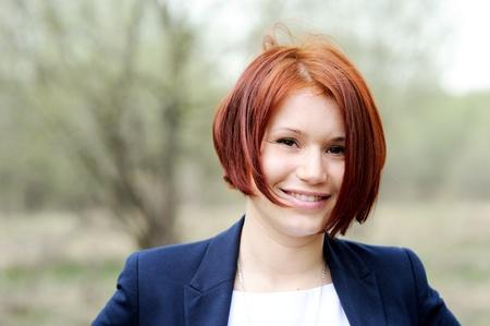 a bob: Retrato de mujer hermosa con el cabello al aire libre, de color rojo que presentan Foto de archivo