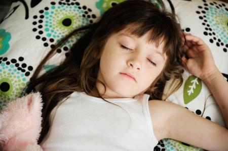 enfant qui dort: Portrait de petite fille dormir dans son lit en début de matinée