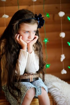 feliz: Bambina triste in attesa di magica notte di Natale Archivio Fotografico