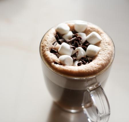 chocolate caliente: Taza de chocolate caliente con malvaviscos en la mesa