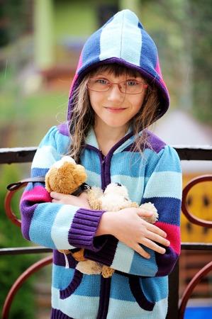 hoody: Портрет маленькая девочка в очках и капюшоном Фото со стока