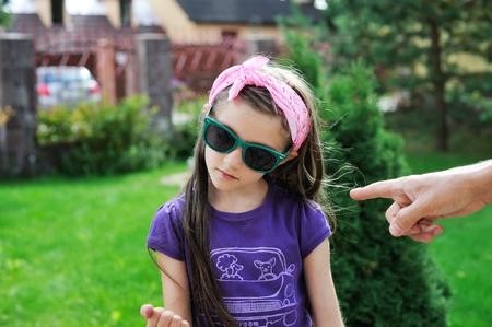 irrespeto: Primer retrato de los padres que apunta a chica chico preadolescente