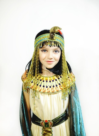 Chica joven vestida en traje egipcio aislado en fondo blanco Foto de archivo