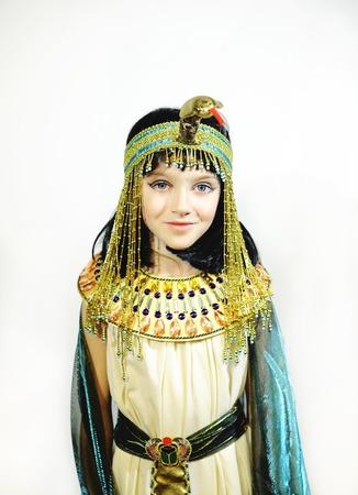 Jong meisje, gekleed in Egyptische kostuum op een witte achtergrond Stockfoto