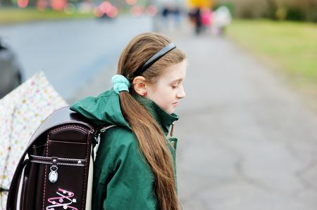 botas de lluvia: Adorable, escuela elegante niña de niño de edad, con coloridos paraguas caminando en la calle de la ciudad en el día de lluvia Foto de archivo