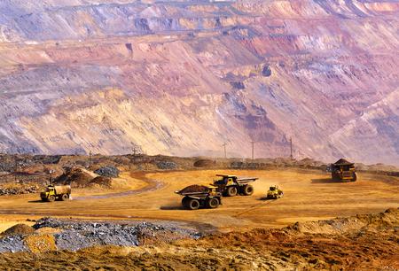 camion minero: gran pista vaciado-carrocer�a llevar el mineral de hierro empobrecido a los vertederos Foto de archivo