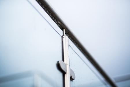 Ringhiere in metallo e parete in vetro da esterno
