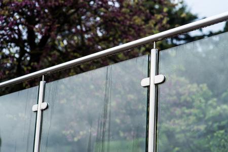 Metallgeländer und Glaswand im Freien