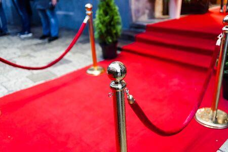 Roter Teppich - wird traditionell verwendet, um den Weg von Staatsoberhäuptern bei feierlichen und formellen Anlässen zu markieren