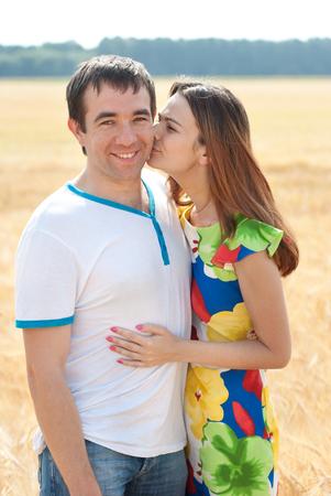 people kissing: Belle et joyeuse jeunes embrassant et �treignant ext�rieur. Banque d'images