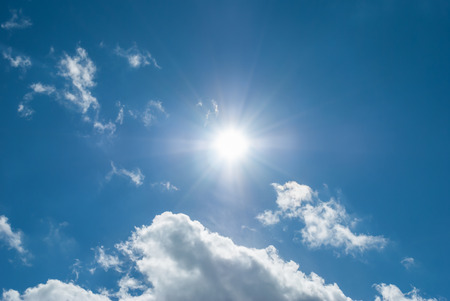 sonne: Sun geht aus hinter den Wolken.