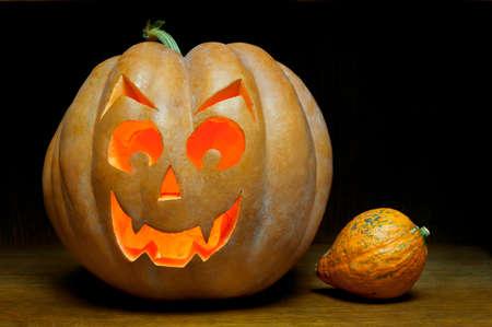tallado en madera: Grinning pumpkin lantern or jack-o-lantern is one of the symbols of Halloween.