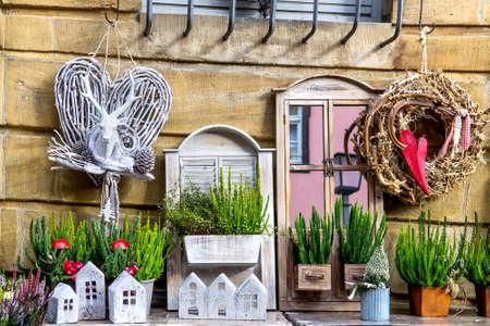 Fenêtres décorées de décorations de Noël et pots de bruyères Banque d'images
