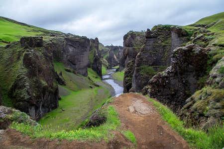Vue estivale incroyable sur le canyon et la rivière de Fjadrargljufur. Scène matinale spectaculaire de paysage dans le sud-est de l'Islande, en Europe. Banque d'images