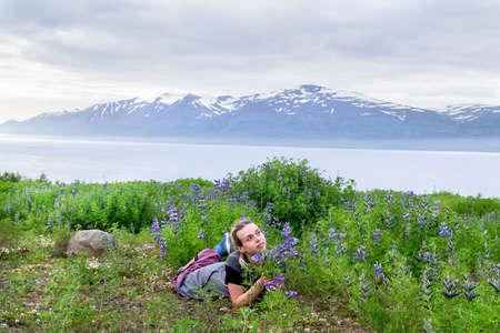 Donna che si diverte in un campo di lupini in Islanda