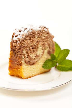 粉砂糖と焼きたてリング ケーキのスライス