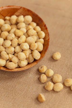 海の塩でローストしたマカダミア ナッツを乾燥します。
