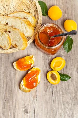 marillenmarmelade: Fr�hst�ck mit Marillenmarmelade und selbstgebackenes Brot Lizenzfreie Bilder