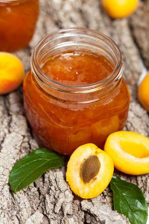 marillenmarmelade: Aprikosenmarmelade auf Holzuntergrund