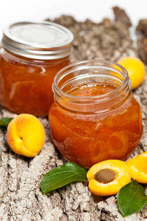 marillenmarmelade: Aprikosenmarmelade auf h�lzernen Hintergrund